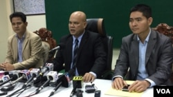 Ministry of Information spokesman Ouk Kimseng, middle, speaks to reporters at a press conference at the Ministry of Information, September 15, 2017.(Kann Vicheika/VOA Khmer)