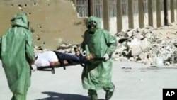 Orang-orang dengan baju pelindung dan masker gas melakukan pelatihan penyelamatan korban gas berancun di Aleppo, Suriah. (Foto: dok.)