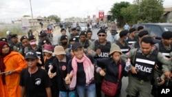 Những người biểu tình ủng hộ nhân quyền Campuchia bị đàn áp bởi cảnh sát chống bạo động khi họ tuần hành phản đối các cáo buộc chống lại các nhà hoạt động nhân quyền địa phương gần nhà tù Prey Sar, ở ngoại ô Phnom Penh, Campuchia, ngày 9/5/2016.
