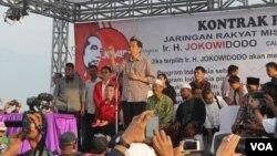 Capres Joko Widodo saat bertemu ratusan warga korban lumpur Lapindo bersama Jaringan Rakyat Miskin Indonesi, di Desa Siring, Sidoarjo, Jawa Timur, Kamis 29/5 (foto: VOA/Petrus Riski).