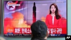 Một người đàn ông Hàn Quốc xem tin tức về vụ phóng tên lửa của Bắc Hàn hôm 12/2.
