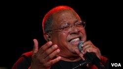 Pablo Milanés es definido por los voceros del exilio cubano como un representante de la dictadura de los hermanos Castro en Cuba.