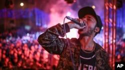DJ Sadat donne un spectacle lors d'un mariage à Salam, dans la banlieue du Caire, le 5 mars 2015.