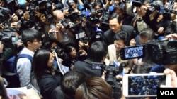 林鄭月娥與社民連黃浩銘對話不足10秒。(美國之音湯惠芸攝)