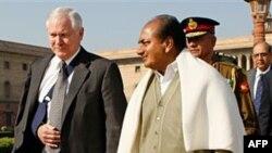 Bộ trưởng Quốc phòng Mỹ Robert Gates (trái) và Bộ trưởng Quốc phòng Ấn Độ AK Antony tại New Delhi (hình năm 2008)