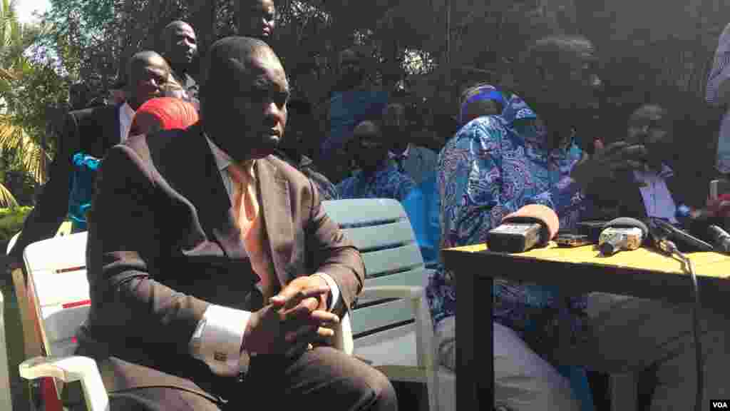 Dr.Besigye akisisitiza jambo.