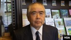 东京大学名誉教授石井明最近专门考察了钓鱼岛周边海域冲绳渔民的作业现状(美国之音歌篮拍摄)