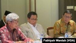 Menteri Agama Lukman Hakim Syaifuddin dan Wakil Menteri Luar Negeri AM Fachir di gedung MPR/DPR Senayan, Jakarta. (VOA/Fathiyah Wardah)