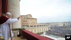 교황 베네딕토 16세가 25일 바티칸 성베드로 광장에서 교황교서(우르비 에트 오르비)를 발표하며 축복하고 있다.