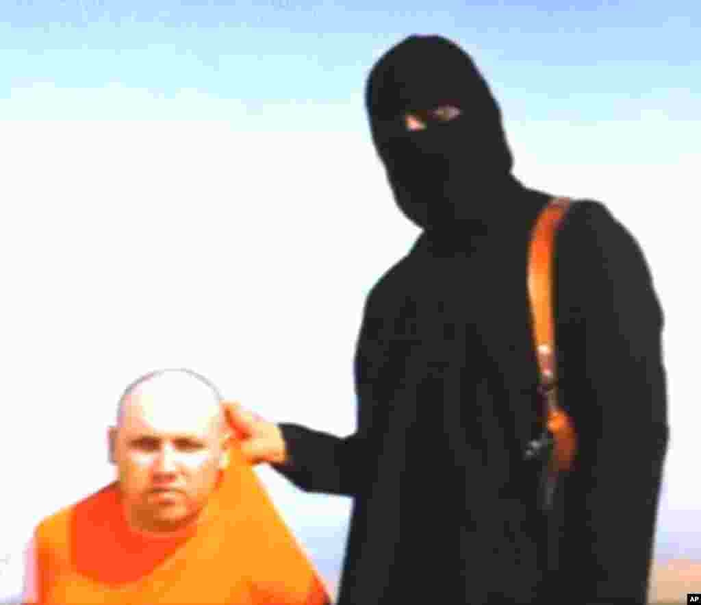 This still image grabbed from an undated video released by Islamic State militants on Aug. 19, 2014, purports to show journalist Steven Sotloff being held by the militant group.