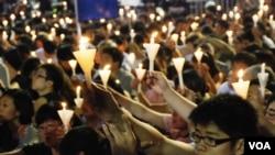 24年來維園燭光如海悼念六四的畫面,對很多香港人有無可取替的象徵意義 (美國之音湯惠芸)