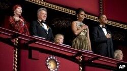 Tổng thống Obama và Ðệ nhất Phu nhân Michelle bên trái là diễn viên múa ballet Natalia Makarova và nam diễn viên kiêm đạo diễn Dustin Hoffman tại Trung tâm Kennedy ở Washington, ngày 2/12/2012.