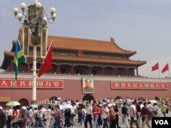 天安门上的毛泽东像曾被人扔鸡蛋,被人火燎烟熏(美国之音张光华拍摄)