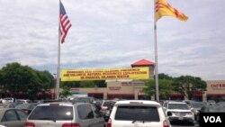 美国首都华盛顿郊外维吉尼亚州一处越南超市外张挂的要求中国停止在帕拉塞尔群岛钻探的抗议横幅。