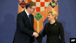 Predsednik Srbije Aleksandar Vučić i hrvatska predsednica Kolinda Grabar Kitarović rukuju se tokom sastanka u Zagrebu, 12. febraura 2018.