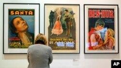 """Lupita Tovar aparece en un póster de su película """"Santa"""" el primer filme sonoro mexicano en 1932, en una exhibición de carteles de filmes clásicos en la Plaza de la Cultura y Artes en Los Angeles. Abril 17,de 2011. AP/Damian Dovarganes."""
