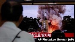 Građani na seulskoj Železničkoj stanici u Južnoj Koreji gledaju vesti o lansiranju rakete u Severnoj Koreji (Foto: AP Photo/Lee Jin-man)