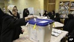 一名伊朗婦女星期五在德黑蘭投票選舉新議會