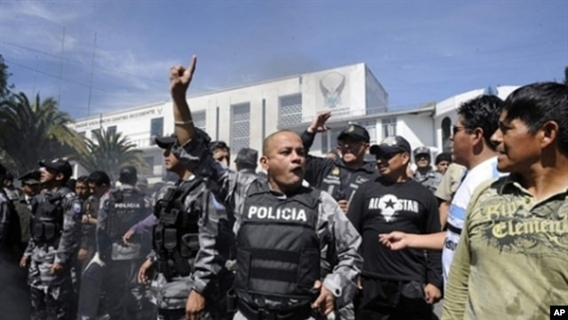 Rebellious police personnel shout slogans at the Regimiento Quito barracks, in Quito, September 30, 2010.