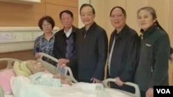 前中国总理温家宝曾前往医院看望李昭,当时胡德平和胡德华(右二)在场。(网络图片)