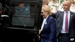 美国民主党总统候选人希拉里·克林顿从纽约的一座公寓楼里走出来,走上汽车(2016年9月11日)