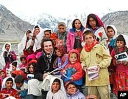 Greg Mortenson poses with schoolchildren in Afghanistan.