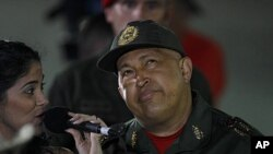 A woman sings to Venezuela's President Hugo Chavez upon his arrival to the Miraflores presidential palace after his third round of chemotherapy, in Caracas, Venezuela, September 2, 2011.