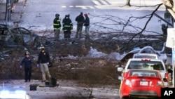 Istražitelji na mjestu eksplozije u Nahvilleu, 26. decembar 2020. (Foto: AP/Mark Humphrey)