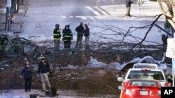 调查人员在爆炸现场进行调查。