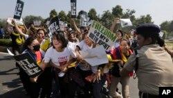Cảnh sát Ấn Độ ngăn cản người Tây Tạng biểu tình tiến tới đại sứ quán Trung Quốc ở New Delhi, ngày 10/3/2015.