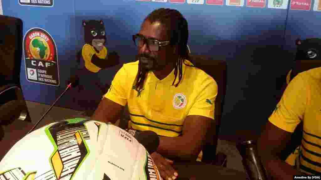 Le coach des Lions du Senegal Aliou Cisse et le capitaine Cheikhou Kouyate face à la presse dans la salle de conférence du stade de Franceville, Gabon, 14 janvier 2017. (VOA/Amedine Sy)