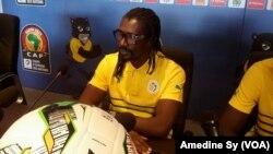 Le coach des Lions du Sénégal, Aliou Cissé, face à la presse dans la salle de conférence du stade de Franceville, Gabon, 14 janvier 2017. (VOA/Amedine Sy)