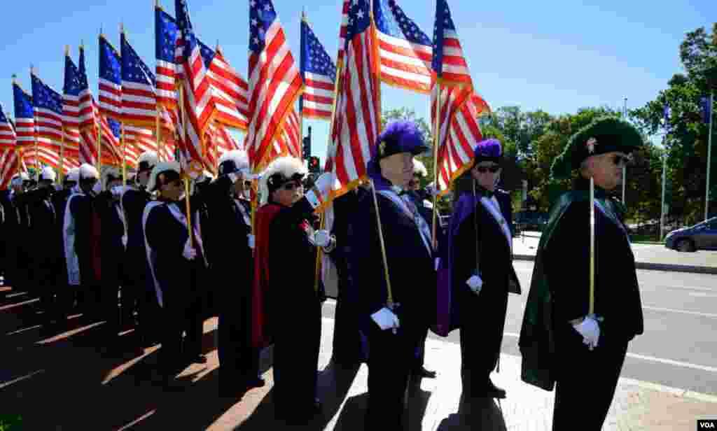 Колонна «Рыцарей Колумба» со знаменами