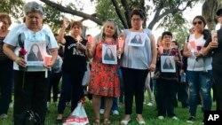 Decenas de familiares y amigos de cuatro mujeres que las autoridades dicen fueron asesinadas por un agente de la patrulla fronteriza, reunidas para una vigila en Laredo, Texas, el 18 de septiembre de 2018.