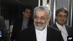 ທ່ານ Ali Asghar Soltanieh ທູດອີຣ່ານ (ກາງ) ເດີນທາງໄປເຖິງສູນ ກາງນາໆຊາດທີ່ນະຄອນວຽນນາເພື່ອເຈລະຈາກັບອົງການພະລັງງານປະ ລະມານູສາກົນ (8 ມິຖຸນາ 2012)