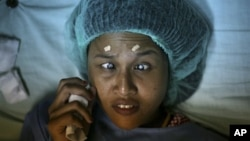 Ayu Pratiwi, 20, yang telah buta sejak usia 10 tahun bersiap dioperasi katarak di Rumah Sakit militer Putri Hijau di Medan, Sumatera Utara. (AP/Binsar Bakkara)