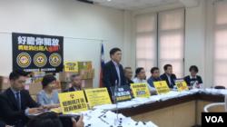 原台北市长郝龙斌在立院国民党团召开的记者会上发言(美国之音申华拍摄)