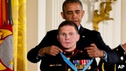 "El presidente Barack Obama condecoró con la Medalla de Honor al infante de marina William ""Kyle"" Carpenter."