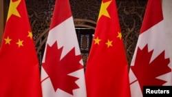 在加拿大總理特魯多和中國國家主席習近平2017年12月5日在北京釣魚台國賓館舉行會晤前樹立起的兩國國旗。