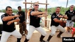 """Des anciens joueurs des All Blacks, Olo Brown, Robin Brooke et Charles Reichelmann (de gauche à droite) effectuent la danse traditionnelle Maori """"Haka"""" avant un match de Rugby."""