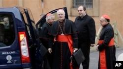 2013年3月6日,巴西枢机主教舍雷尔(左二)抵达梵蒂冈。枢机主教们正在举行筹备会议,准备召开选举教宗的秘密枢机会议。