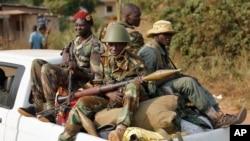 Các chiến binh Seleka lái xe quái Bangui sau khi sơ tán khỏi Trại Deoux ở trung tâm thành phố, 27/1/2014. (AP Photo/Jerome Delay)