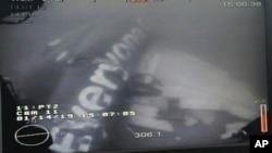 Foto tomada por un vehículo submarino a control remoto que muestra el fuselaje del avión en el fondo del mar.