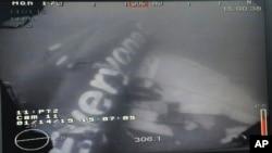 Un débris de l'avion d'AirAsia Flight, repéré en mer (AP)