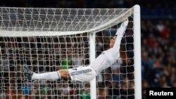 Pemain Real Madrid Cristiano Ronaldo bereaksi setelah gagal mencetak gol melawan Osasuna dalam pertanding Piala Raja Spanyol di Stadion Santiago Bernabeu, Madrid, 9/1/2014.