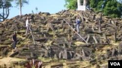 Suasana Situs Gunung Padang di Kabupaten Cianjur, Jawa Barat, yang sedang diteliti. Situs ini diperkirakan sudah berusia 13 ribu tahun (foto: VOA/R. Teja Wulan).