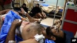 Bağdat'ın Sadr mahallesinde yaralanan bir Iraklı hastanede tedavi görürken