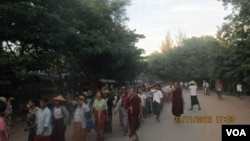 这张2012年11月21日的资料照片显示,缅甸僧人参加抗议游行,反对有中资背景的铜矿项目。(美国之音缅甸语组拍摄)