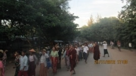 Burmese monks take part in a protest march against a Chinese-backed copper mine, Monywa Burma, November 21, 2012. (VOA Burmese Service)