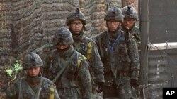 Tropas sul-coreanas em patrulha ao longo da fronteira com a Coreia do Norte
